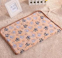 Al1 Плед для собак светло коричневый с лапками, размер 60х40см